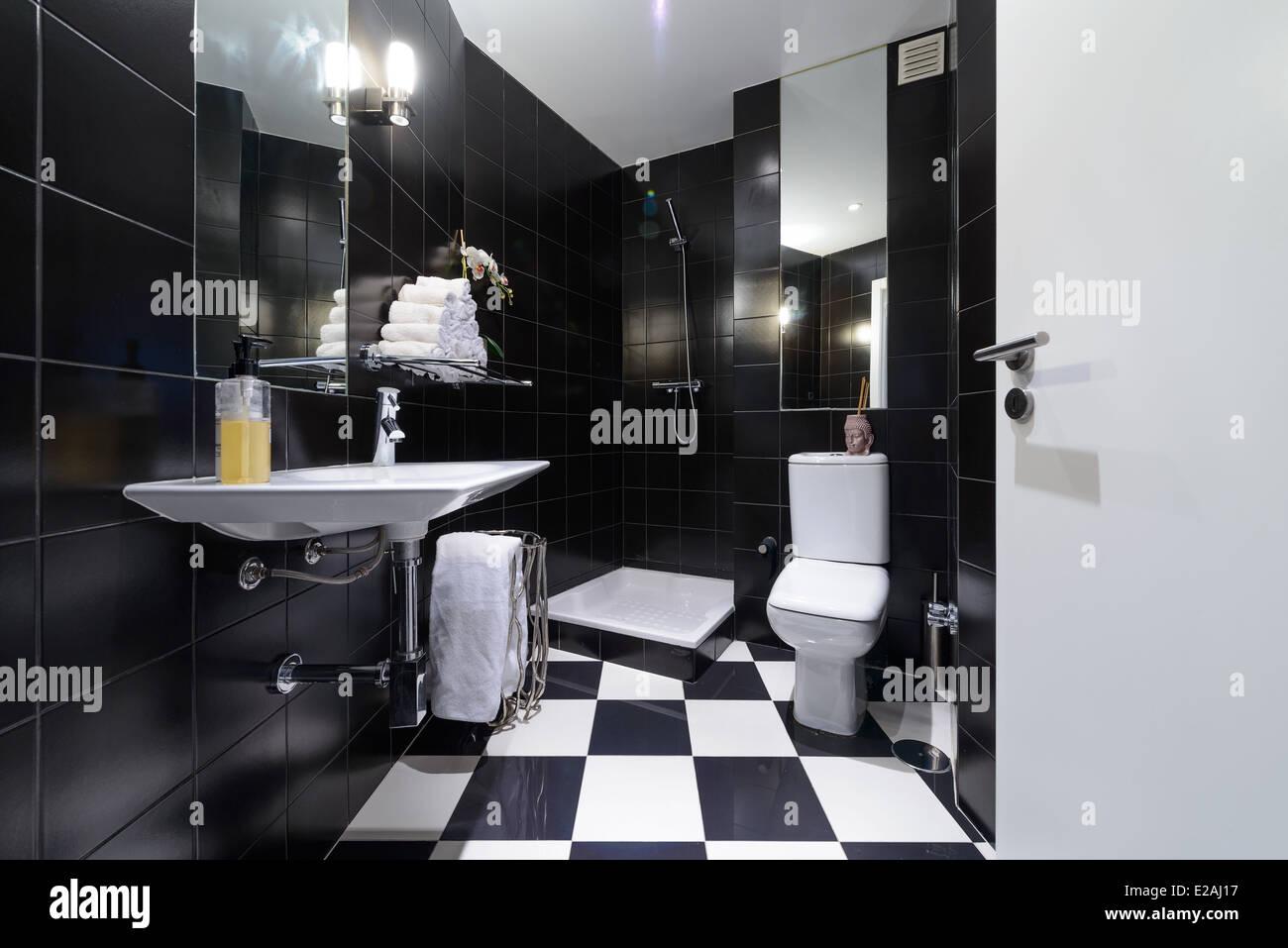 Modernes Bad mit schwarzen Fliesen Stockfotografie   Alamy