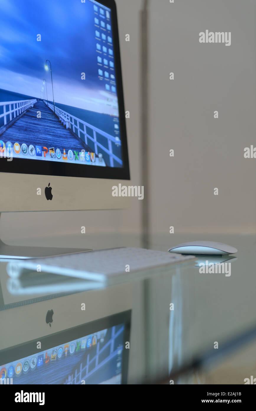 apple imac computer auf einem glasschreibtisch stockfoto. Black Bedroom Furniture Sets. Home Design Ideas