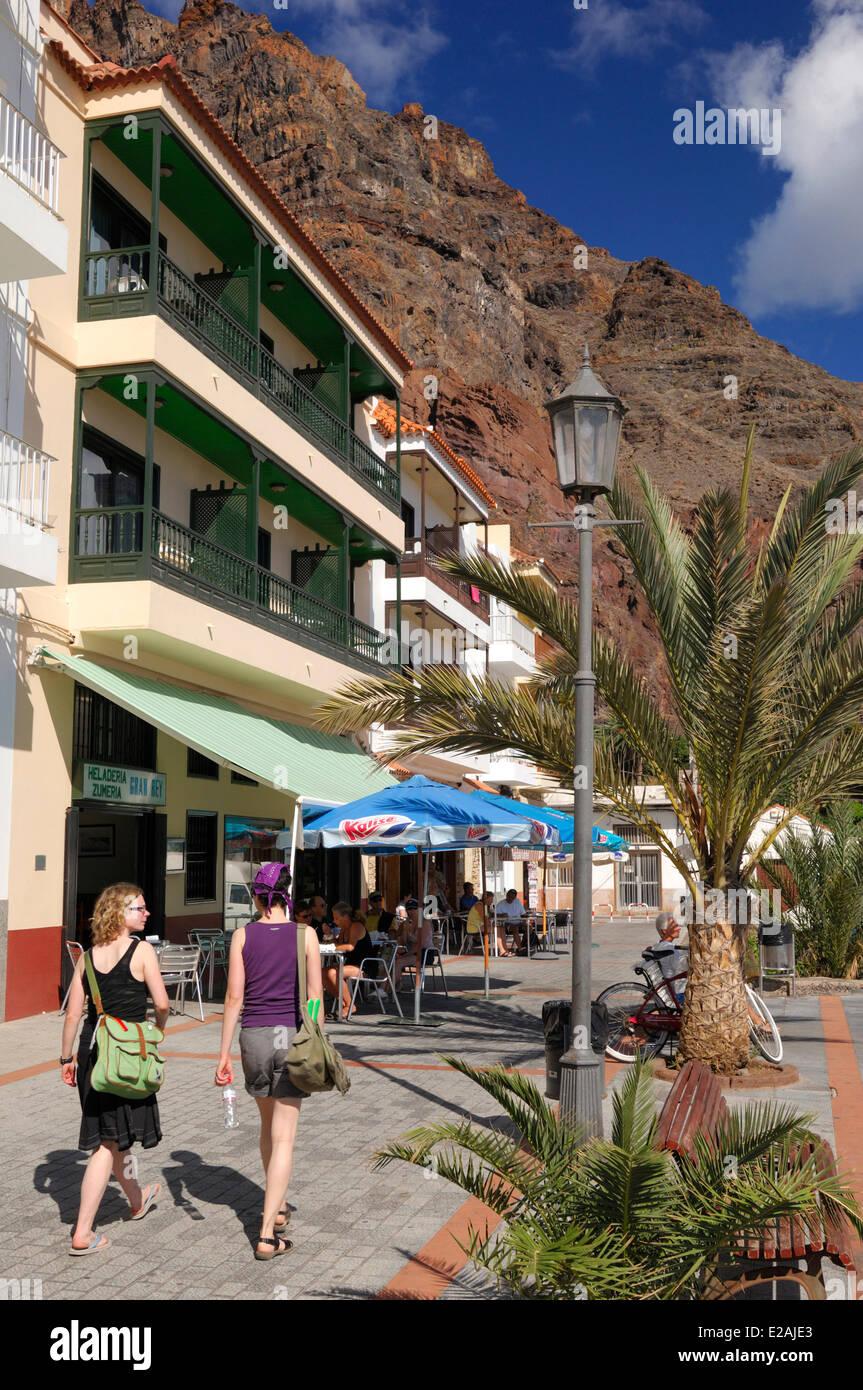 Spanien, Kanarische Inseln, La Gomera, Valle Gran Rey, Playa de Calera, Touristen auf der promenadeStockfoto