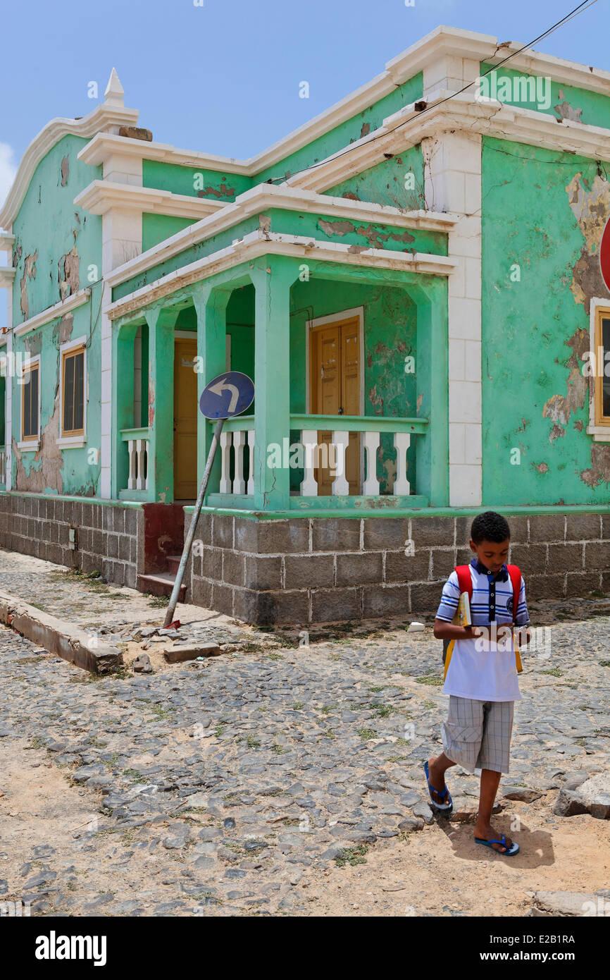 Kap Verde, Boavista, Stadt von Sal Rei, Schuljunge in Fornt eines Hauses Stockbild