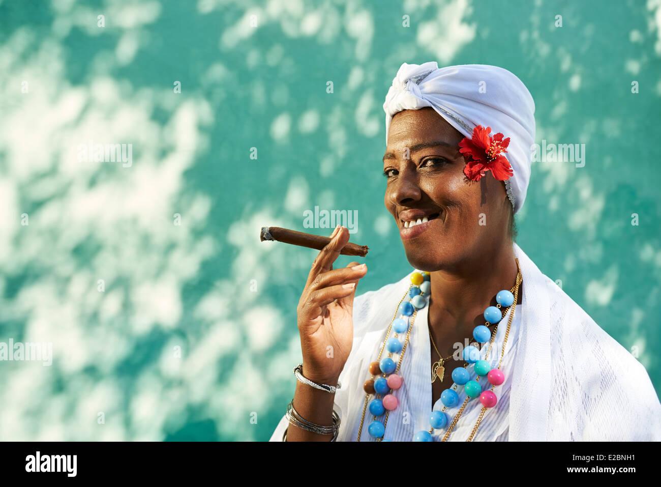 Porträt von Afrikanerin kubanische Cohiba Zigarre rauchend und mit Blick auf die Kamera zu Lächeln Stockfoto