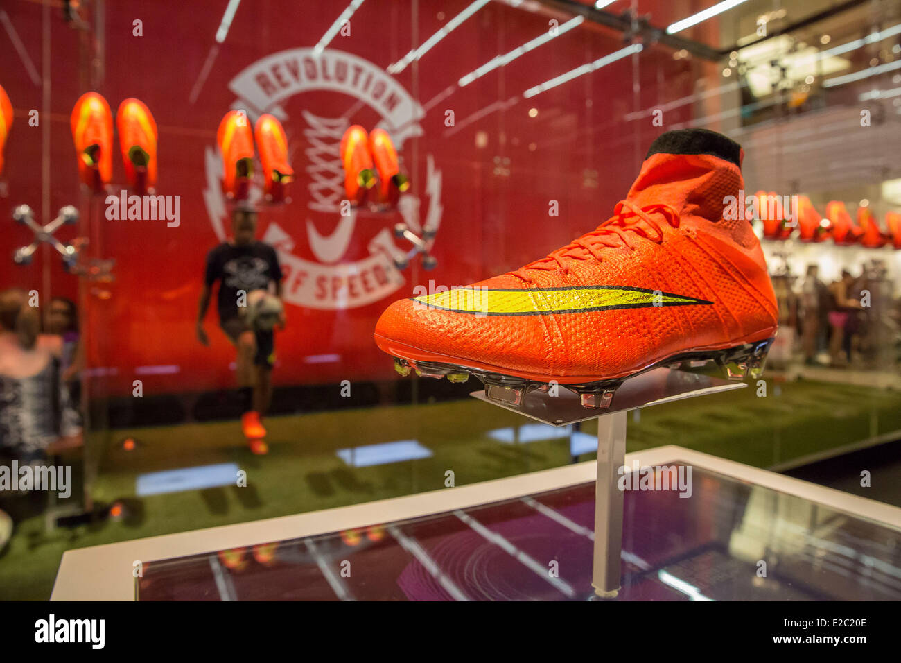 a6159ce65f7a 18. Juni 2014. Nike startete seine neue WM Fußball-Schuh Flagshipstore in  Midtown Manhattan. Der neue Nike 2014 World Cup Stiefel Herold eine neue  Ära der ...