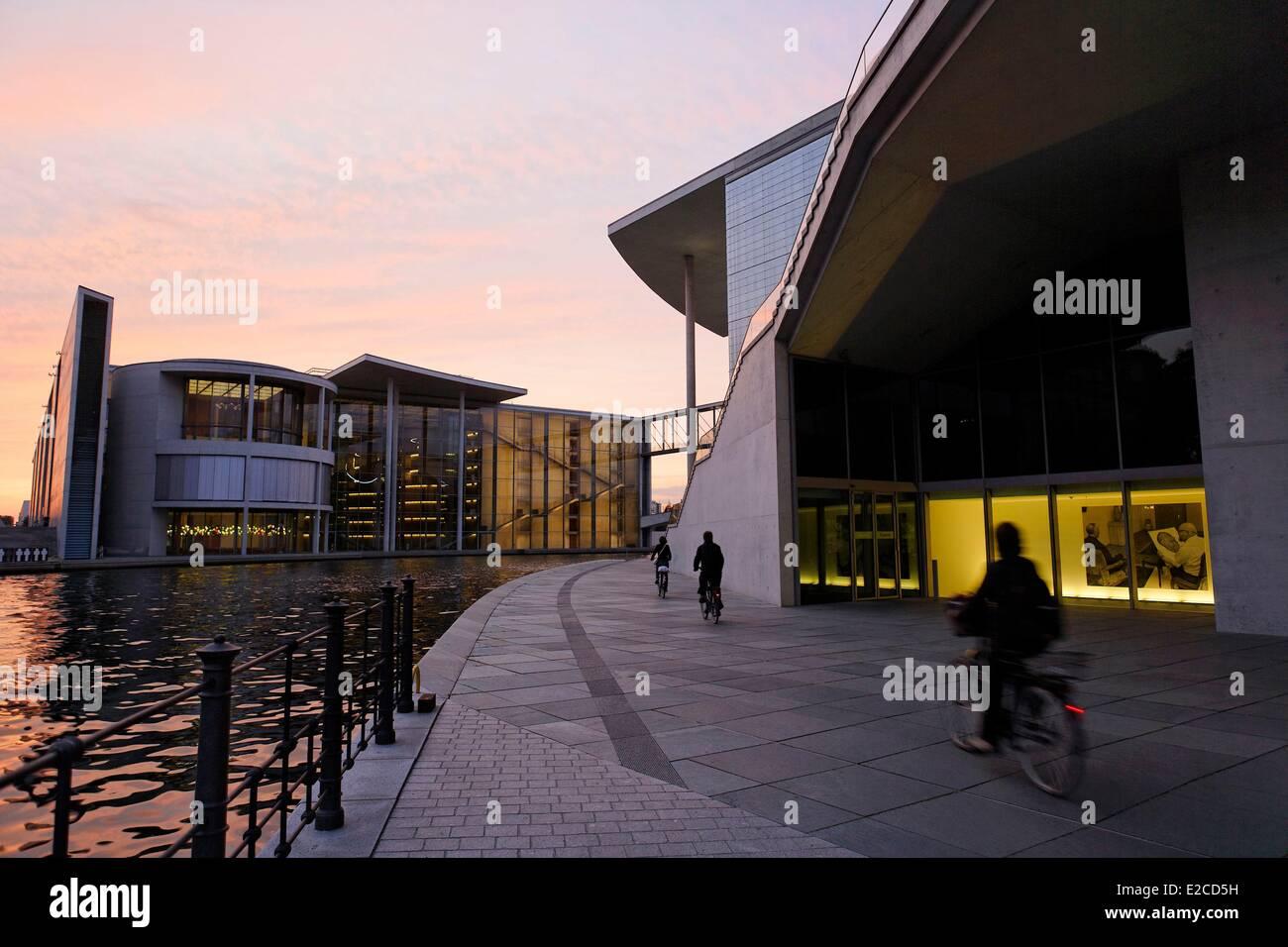 Deutschland, Berlin, Radfahrer entlang der Spree im Bereich des Band des Bundes Gehäuse der Bundestag-Verwaltungsgebäude Stockbild