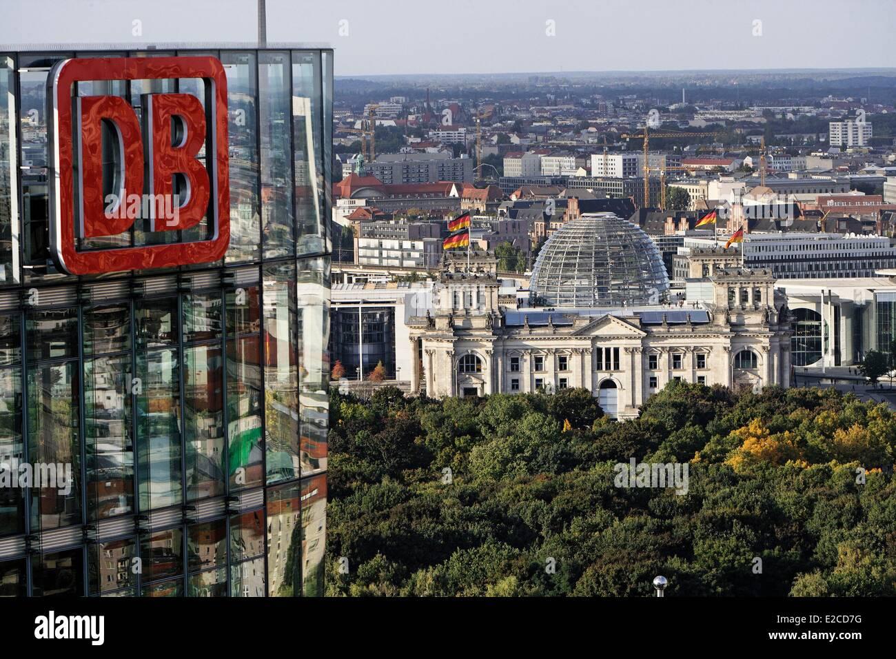 Deutschland, Berlin, Potsdamer Platz, Reichstag und DB-Turm (Hauptsitz der Deutche Bahn) Stockbild