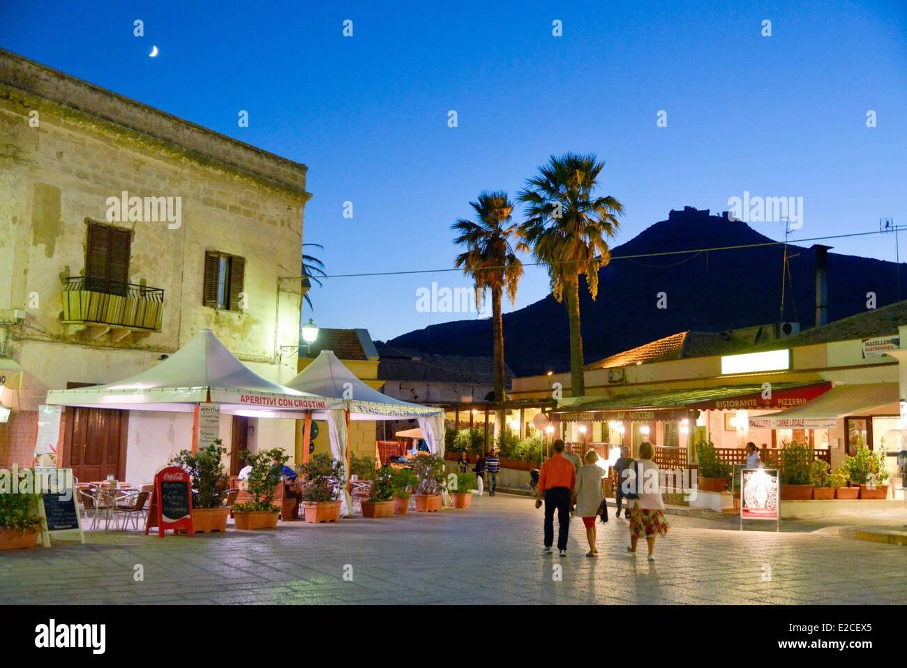 Italien, Sizilien, Ägadischen Inseln, Insel Favignana, Piazza Europa, Spaziergänger vor Caféterrassen Stockbild
