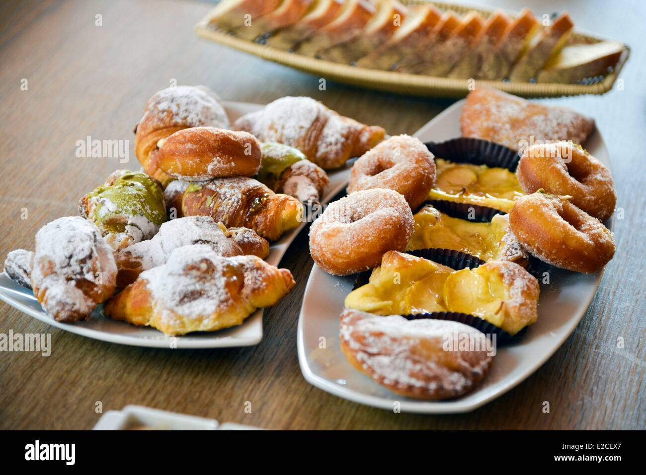 Italien, Sizilien, Ägadischen Inseln, Insel Favignana, Teller Mit  Italienischen Kuchen Gebäck Für Das Frühstück
