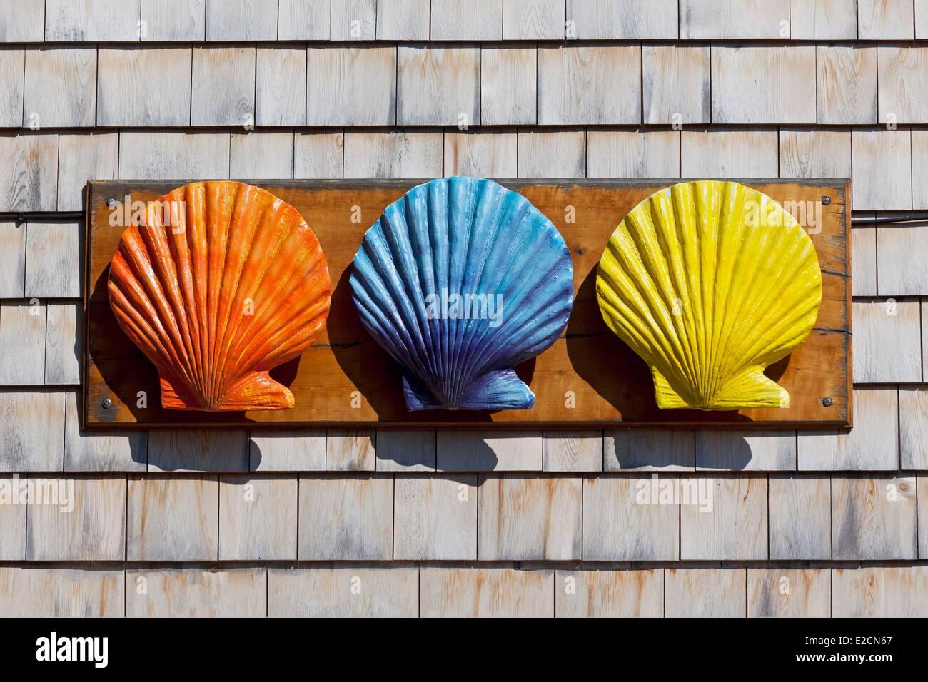 Vereinigten Staaten Maine Ogunquit Perkins Cove Dekoration auf einer Hausfassade farbige St. Jacques Jakobsmuscheln Stockbild