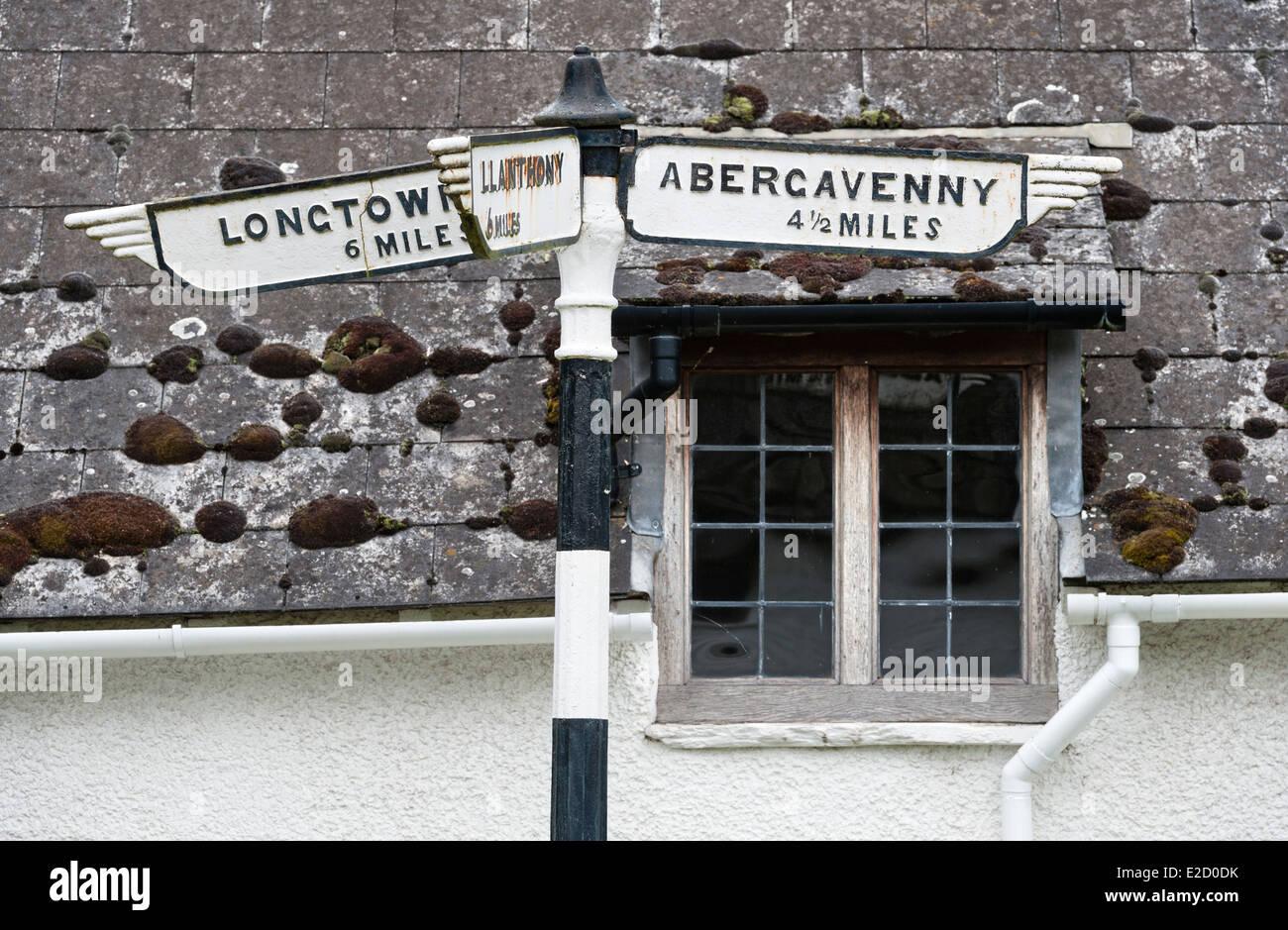 Eine alte altmodische Straßenschild oder Finger Post, Wales, UK, verweist auf Abergavenny, berühmt für Stockbild