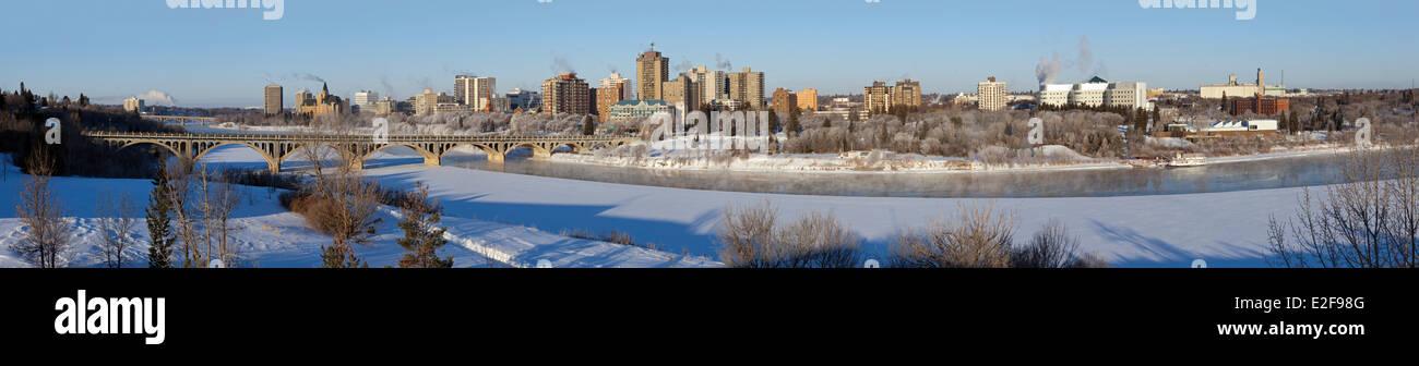 Kanada, Saskatchewan, Saskatoon, panoramische Aussicht auf die Innenstadt von den Ufern des South Saskatchewan River Stockbild