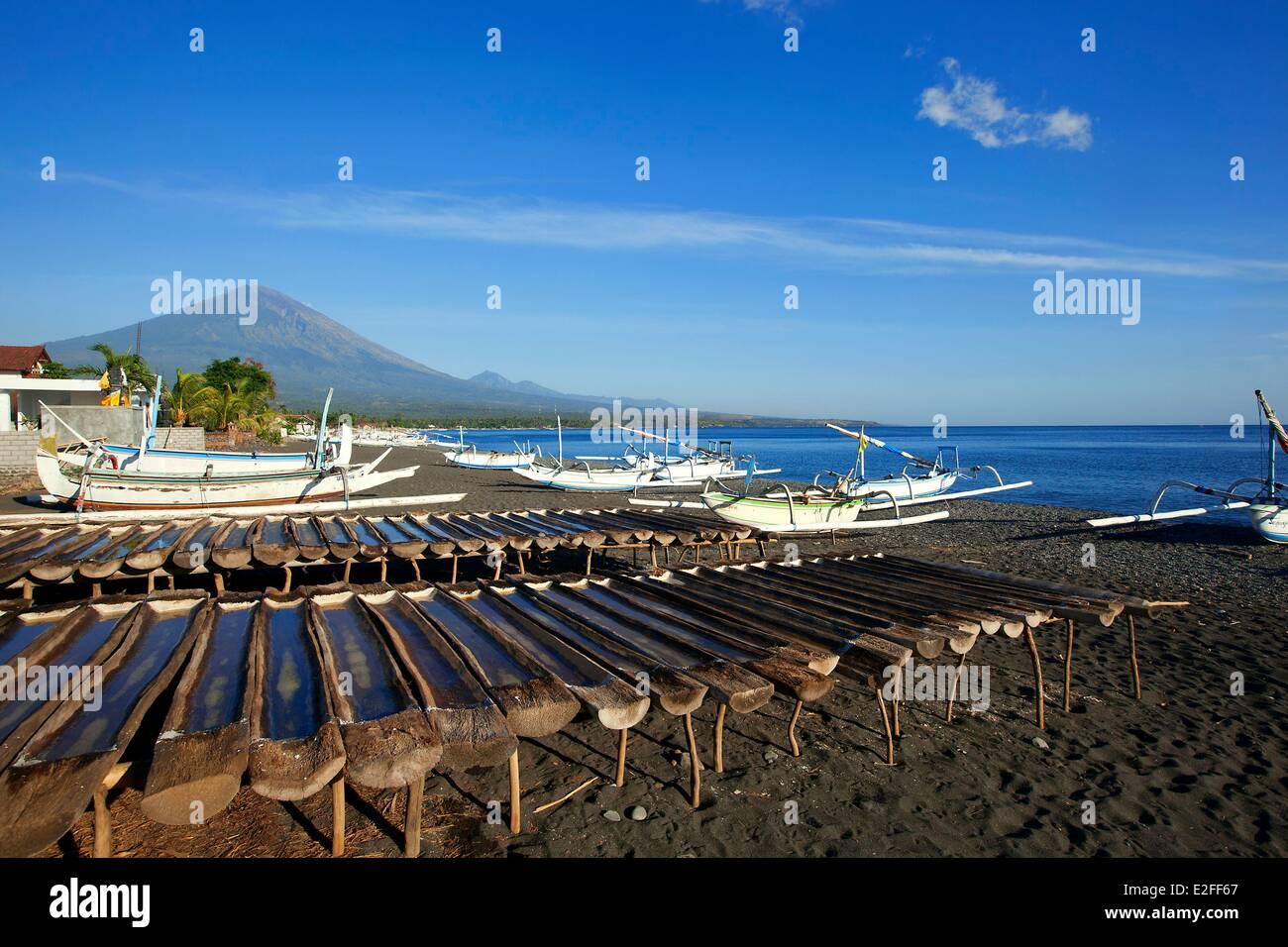 Indonesien, Bali, Ostküste, Amed, Salzgewinnung, Mount Agung im Hintergrund Stockbild