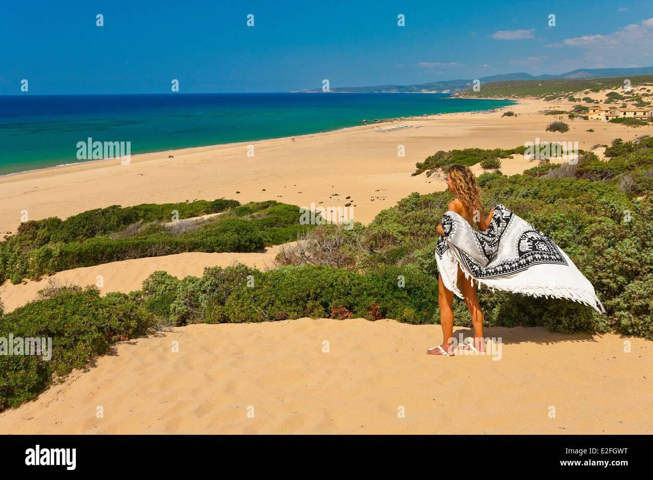 Italien, Sardinien, Medio Campidano Provinz, die Costa Verde, Frau in den Dünen von Piscinas Stockbild