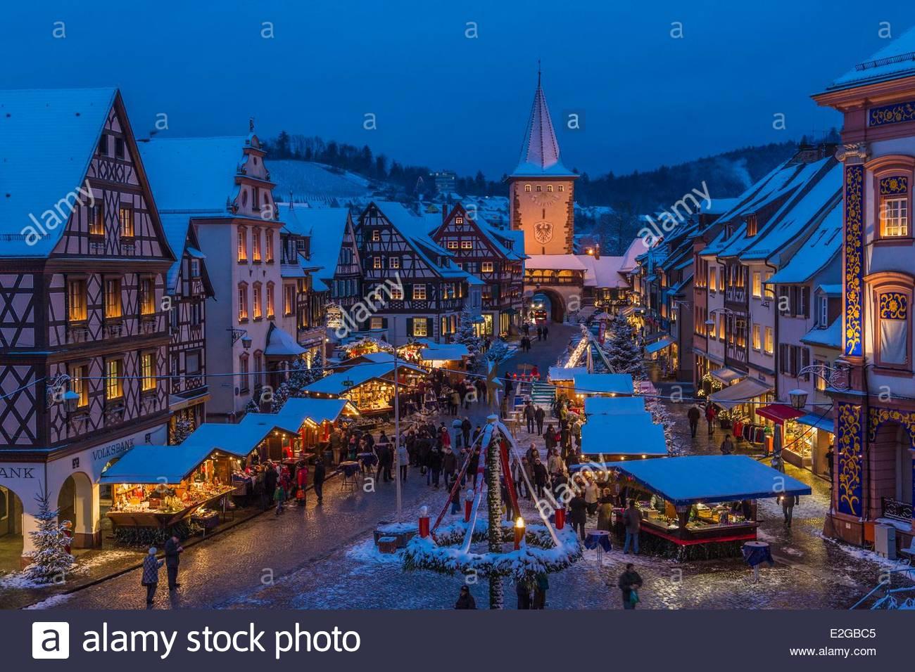 Deutschland Baden Wurrtemberg Schwarzwald Gengenbach Weihnachtsmarkt auf dem Dorfplatz und Adventskalender an der Stockbild