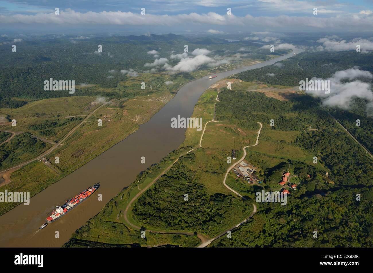 Panama-Panama-Kanal ein Panamax-Containerladung verwendet Gaillard Schnitt (oder Culebra Cut) zwischen Pedro Miguel Stockfoto