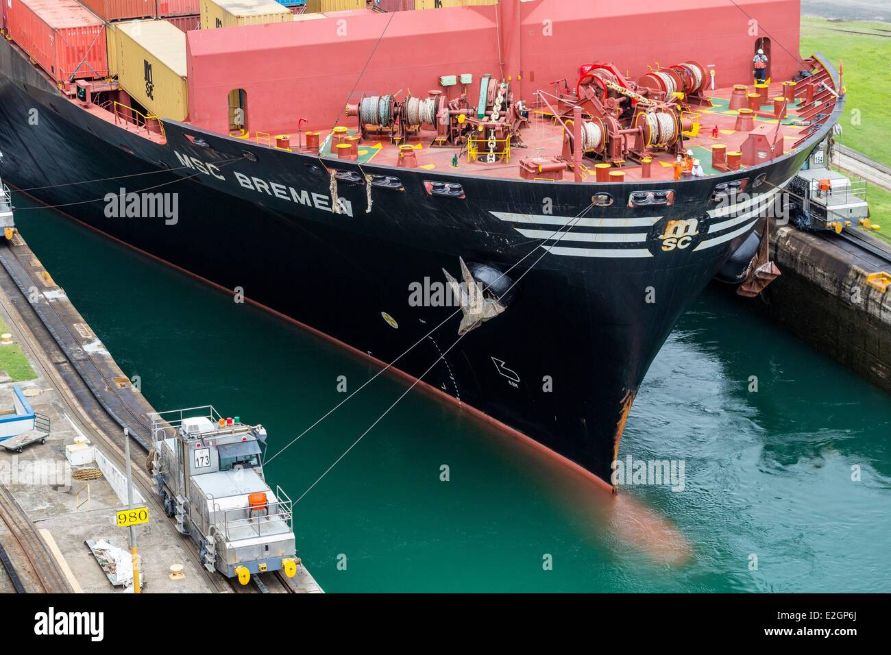 Panama Doppelpunkt Gatun-Schleusen, abgeschlossen im Jahre 1913 erbaute Panamakanal Containerschiff MSC Bremen 2007 Stockbild