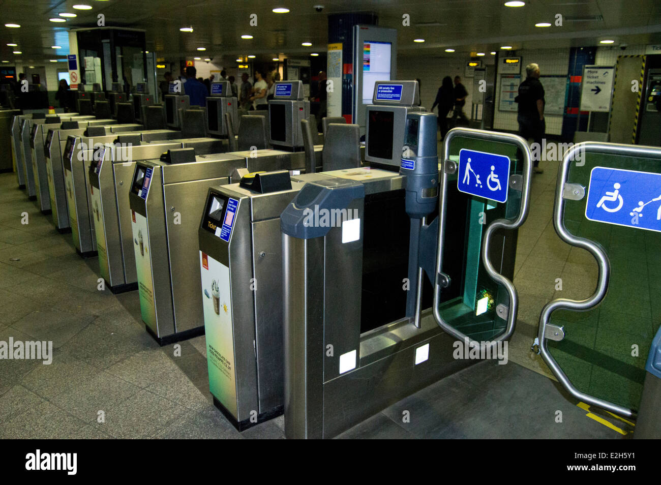 london tube ticket barriers stockfotos london tube. Black Bedroom Furniture Sets. Home Design Ideas