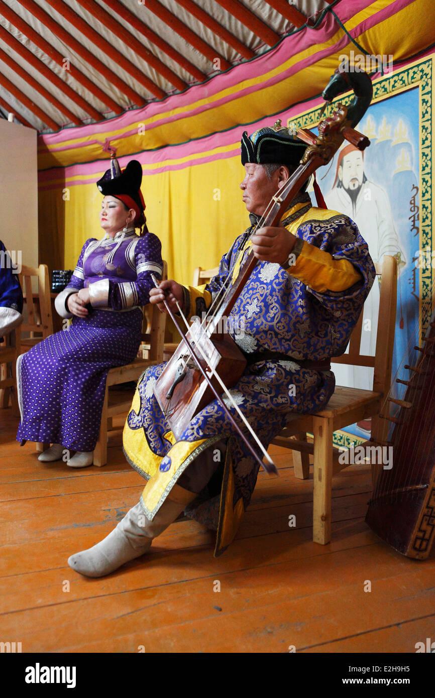 Mann in der Tracht der Khalkha Mongolen spielen die Pferdekopf Geige, Kharkhorin, südlichen Steppe Stockbild