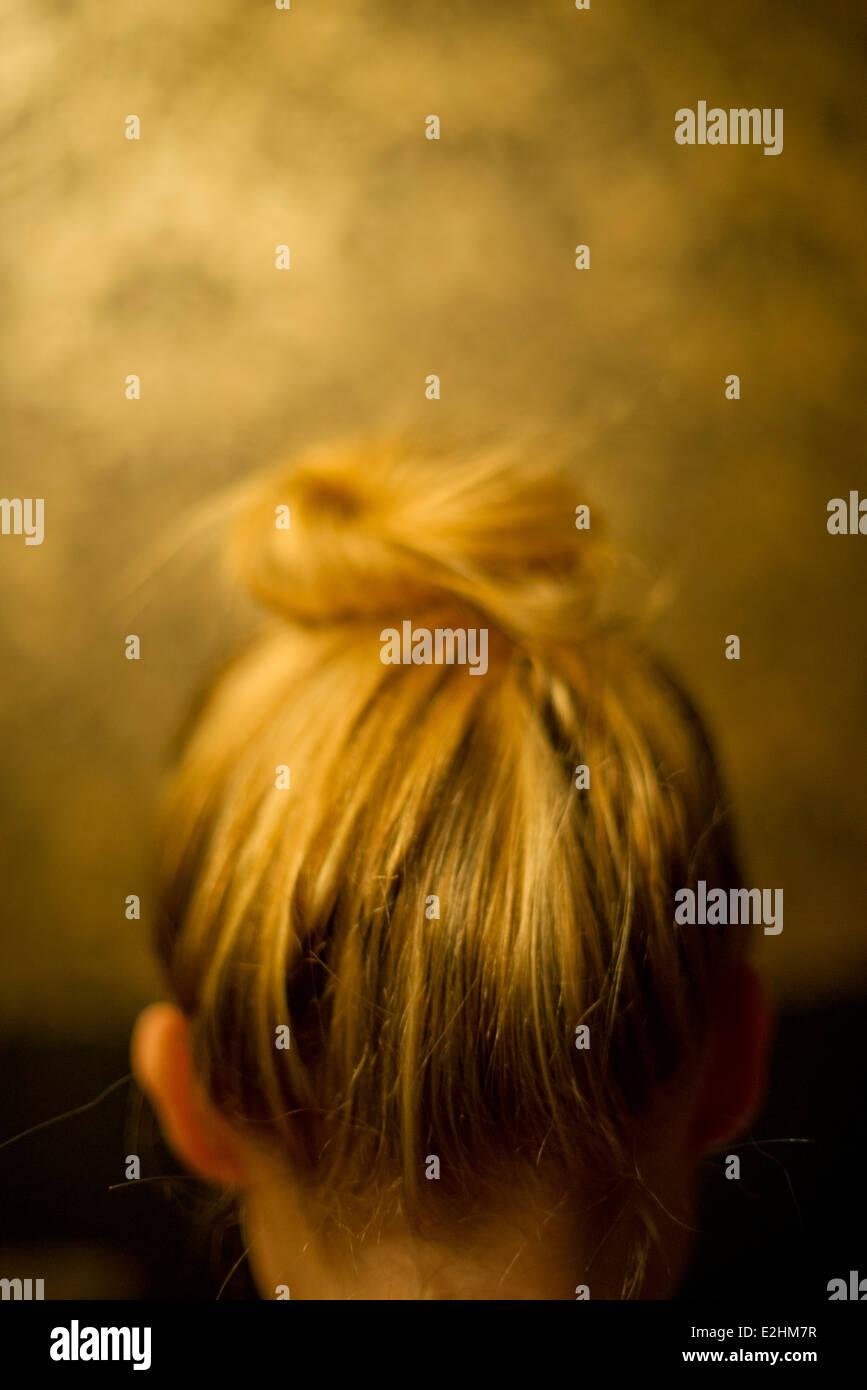 Frau trägt Haare im Dutt, Rückansicht Stockbild