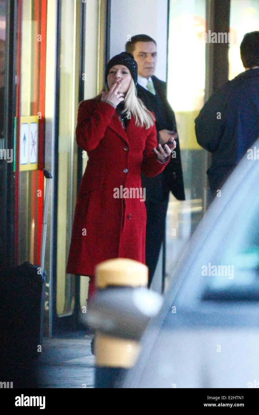 Stefanie Hertel raucht eine Zigarette vor dem Einsteigen