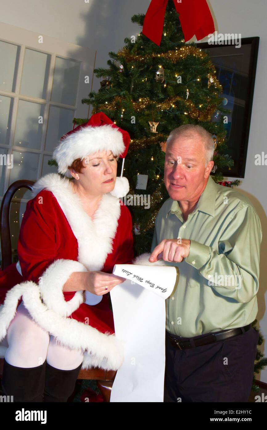 Mann sucht ängstlich sein Weihnachtsgeschenk auf Santas Liste von ...