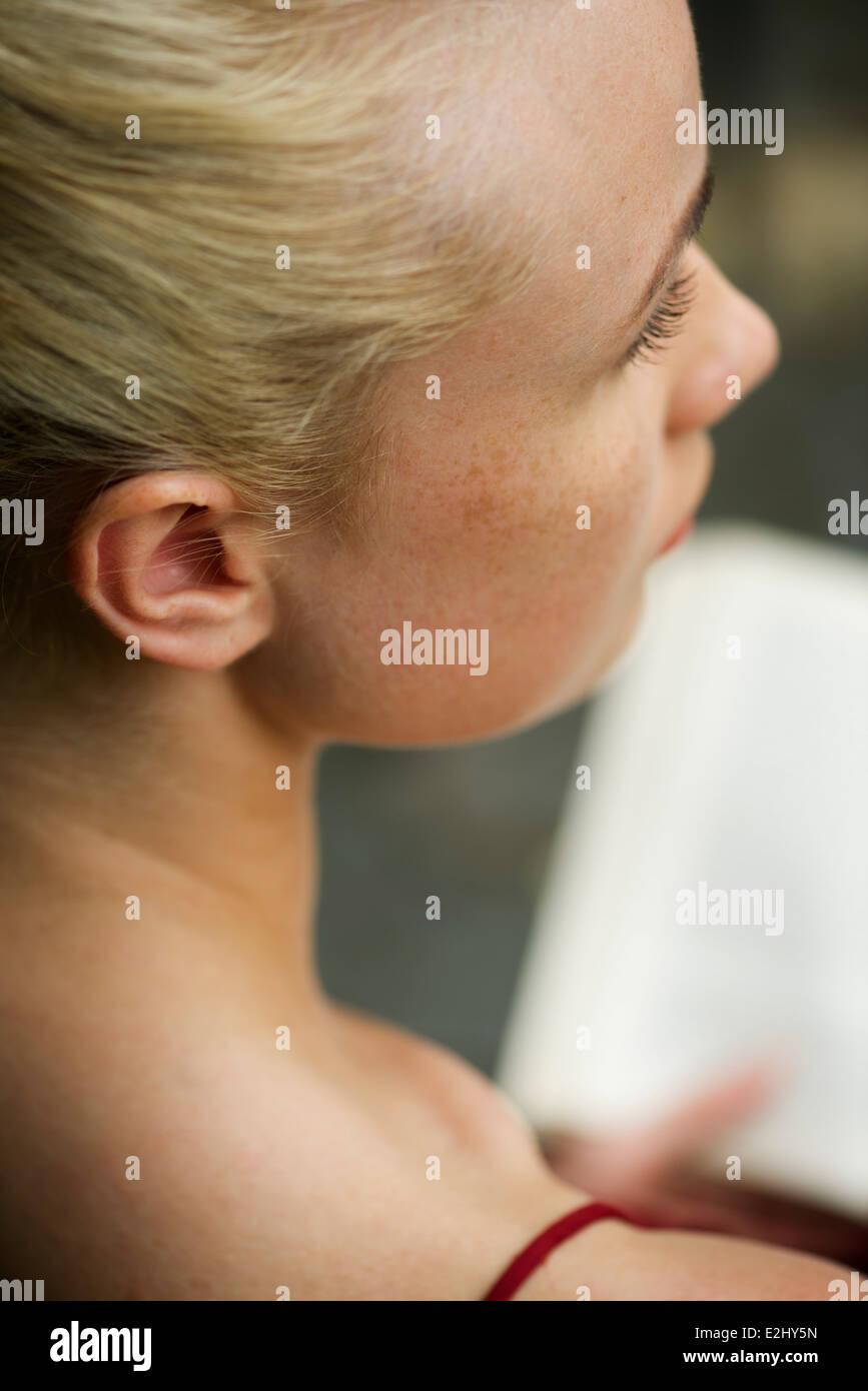 Frau in Gedanken beim Lesen Buch, beschnitten wegschauen Stockbild