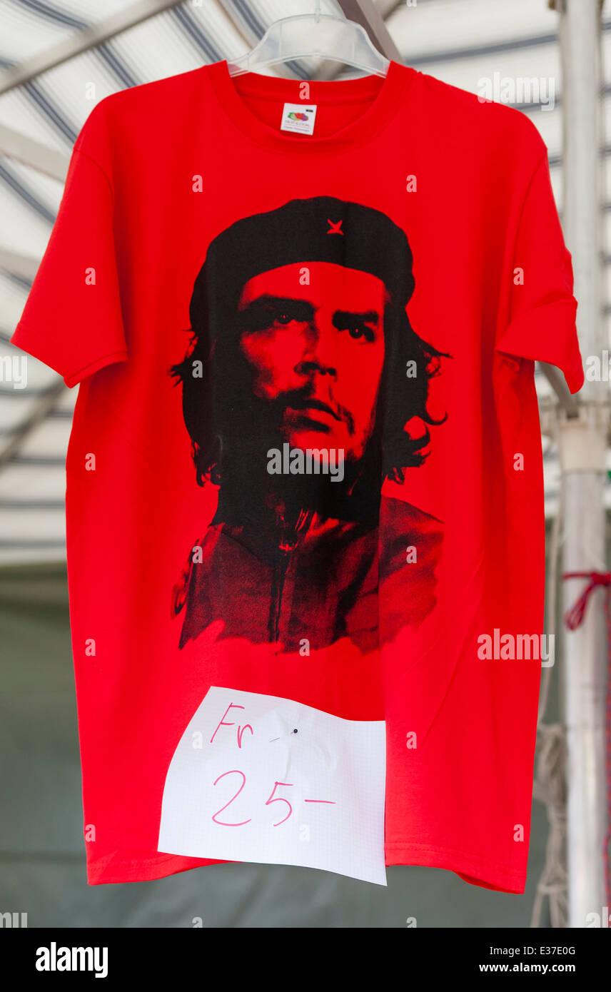 Ein rotes T-shirt mit dem Porträt von Che Guevara für den Verkauf auf einem Stand von Gewerkschaftsaktivisten Stockbild