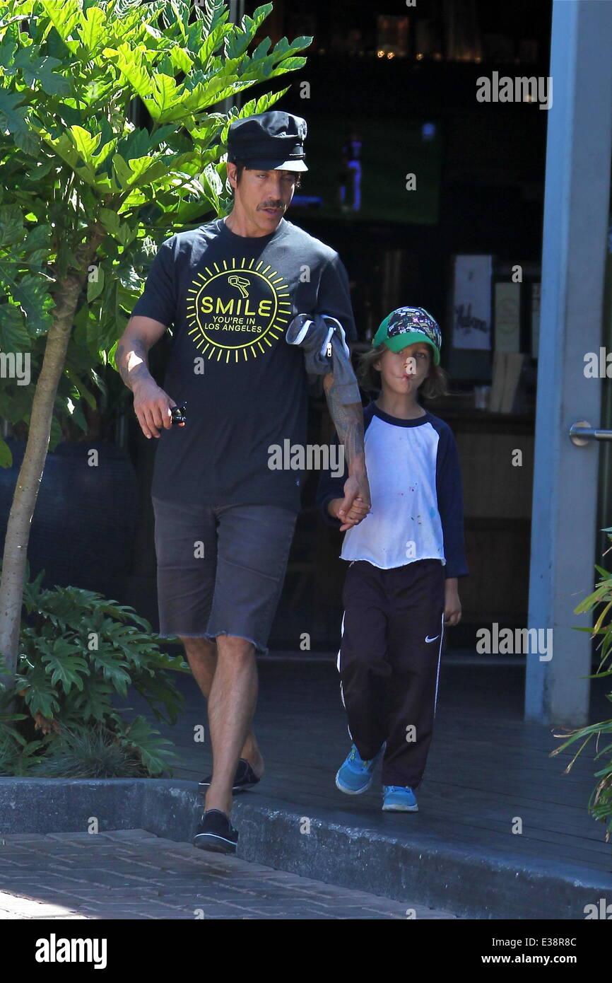 Anthony Kiedis seinem Sohn Everly Bear Klasse Malibu mit malen ...
