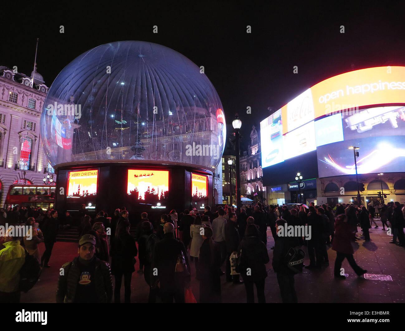 Inflatable Snow Globe Stockfotos & Inflatable Snow Globe Bilder - Alamy