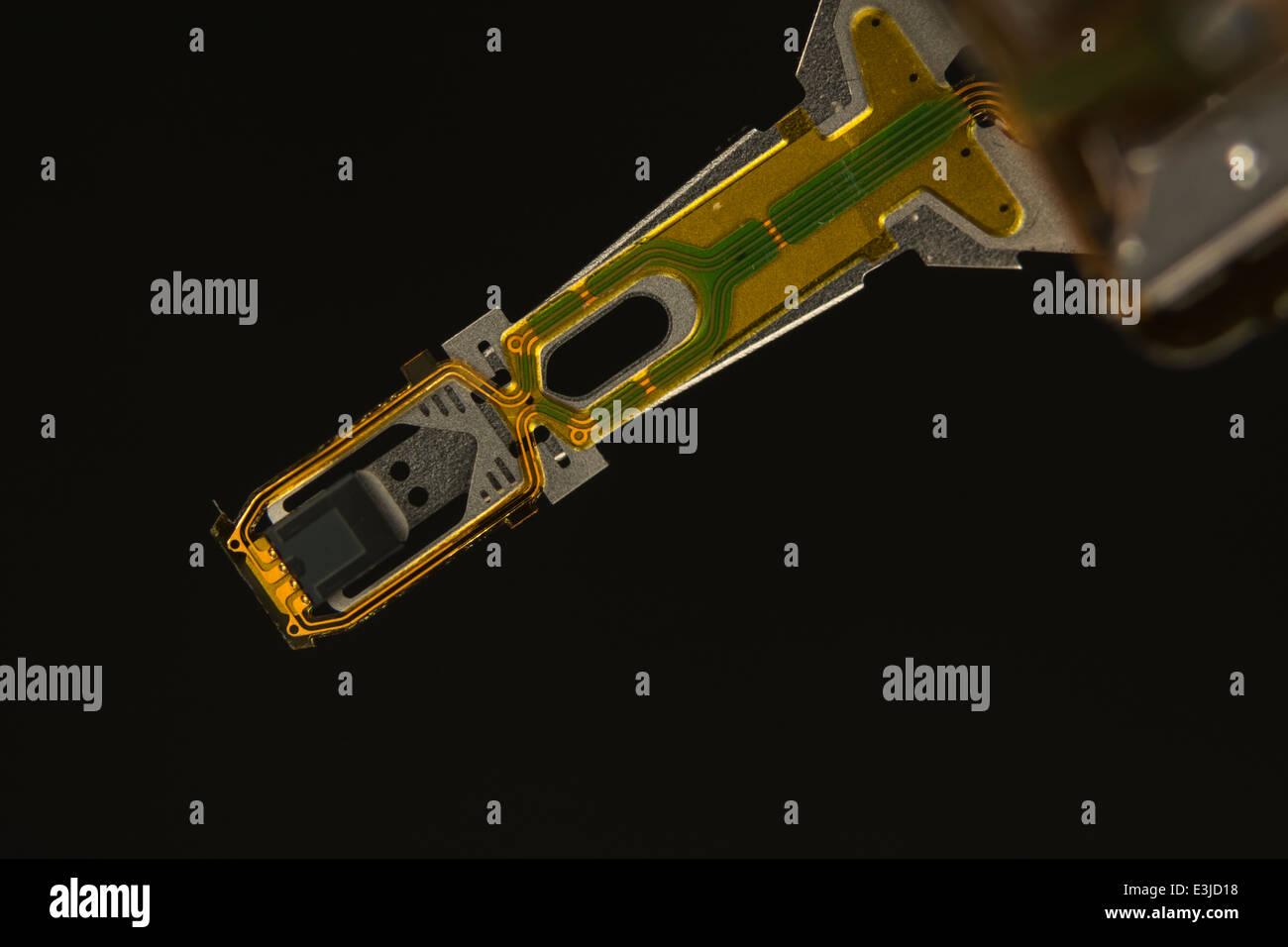 Makro - Foto von HDD-lesen-Kopf, Unterseite der Verkabelung des Stromkreises zu schreiben. Visuelle Metapher für Stockbild