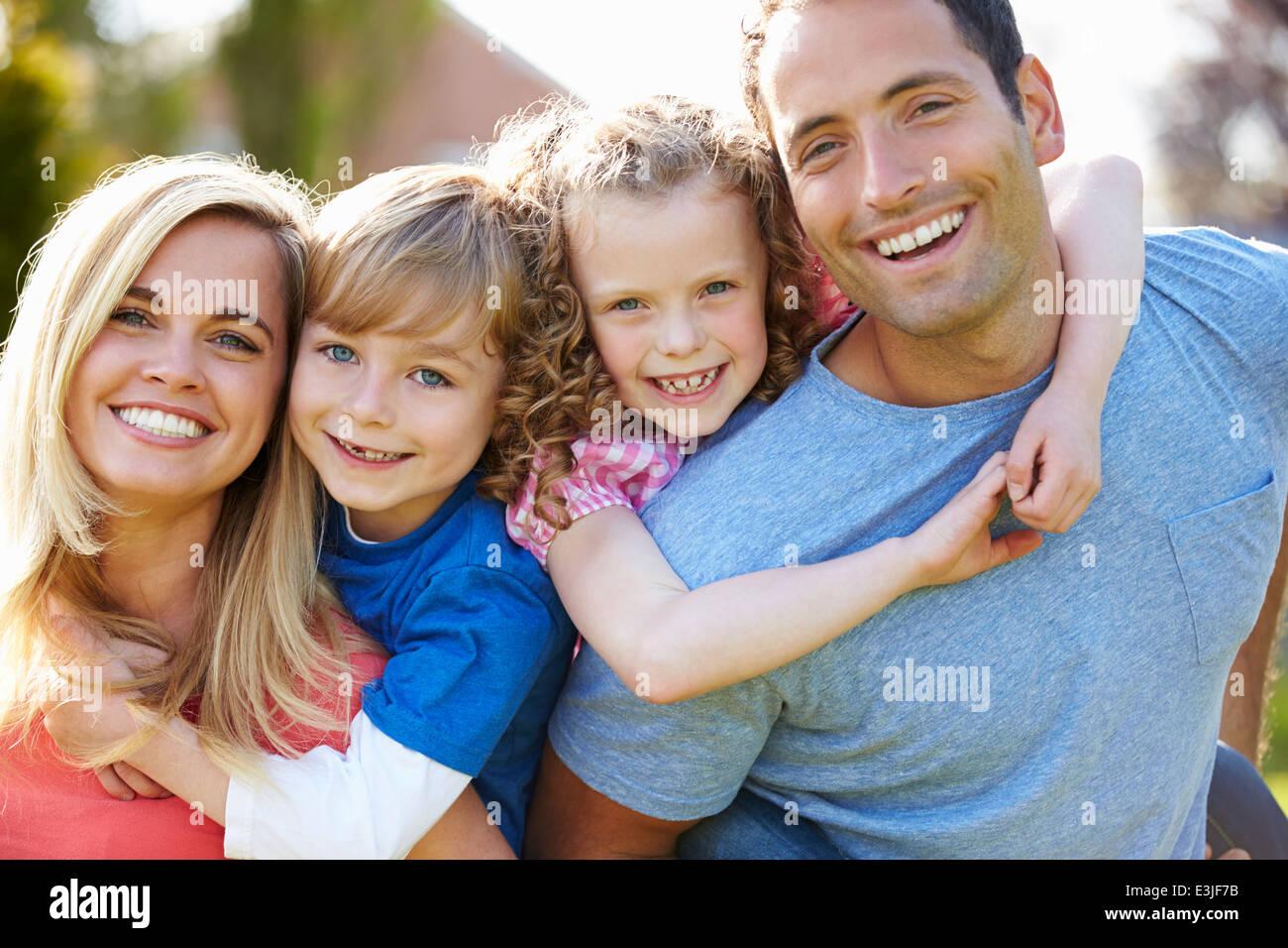 Eltern, Kinder Huckepack-Fahrten im Garten Stockbild