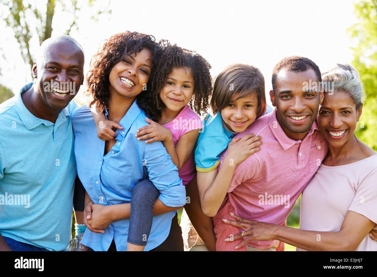 Multi Generation afroamerikanische Familie im Garten stehen Stockbild