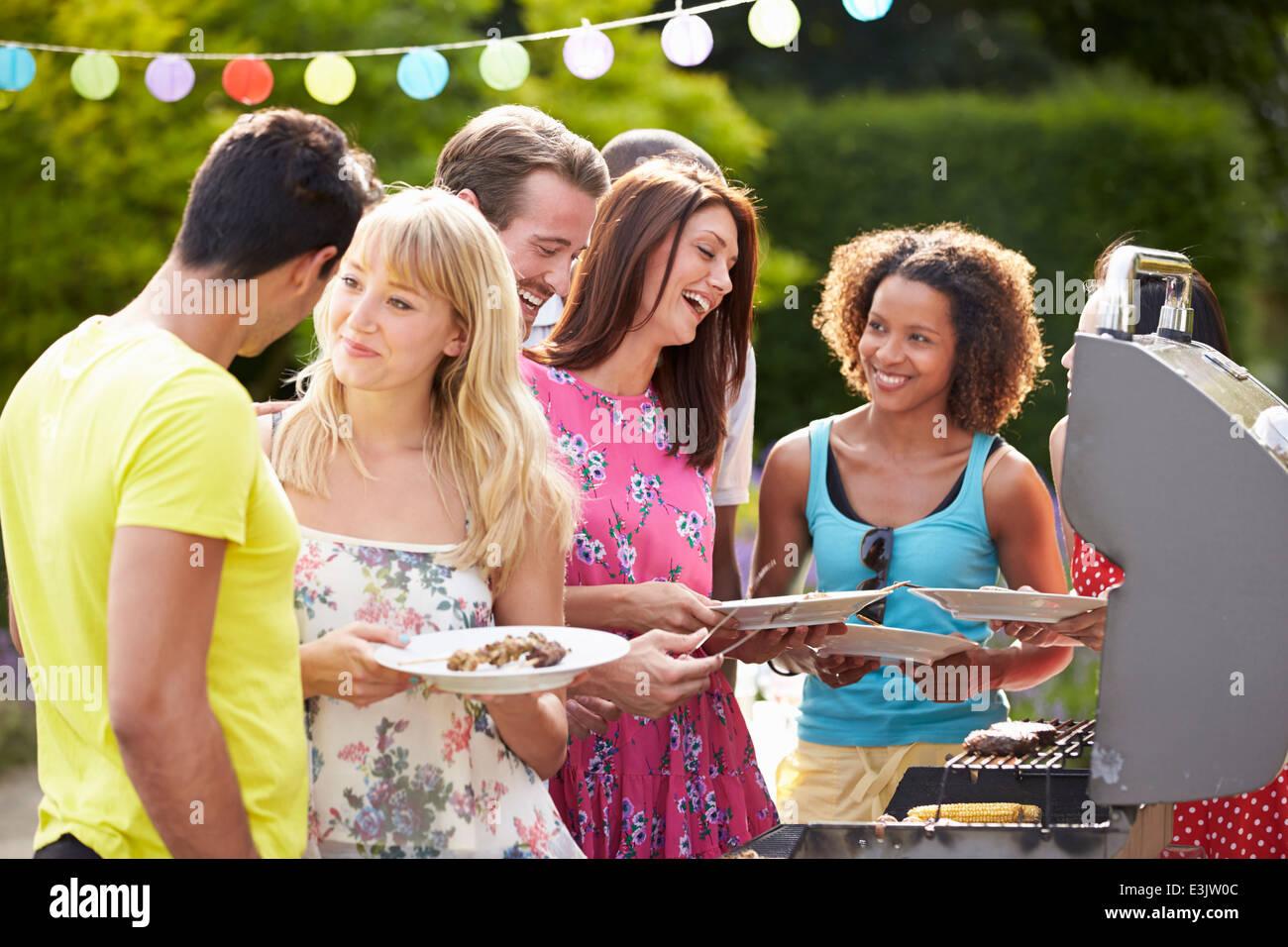 Gruppe von Freunden, die Outdoor-Grill zu Hause Stockbild