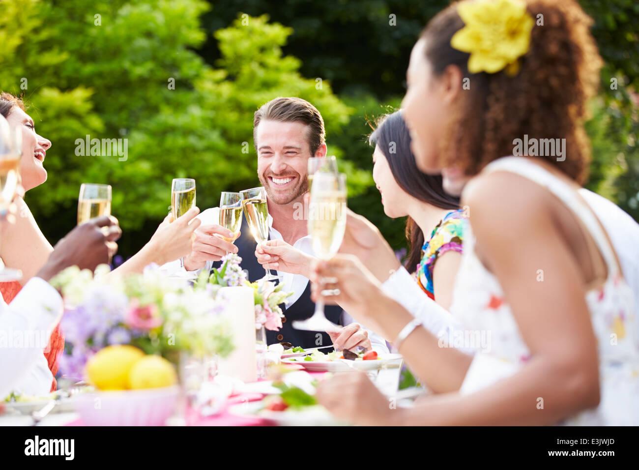 Gruppe von Freunden genießen Outdoor-Dinner-Party Stockbild