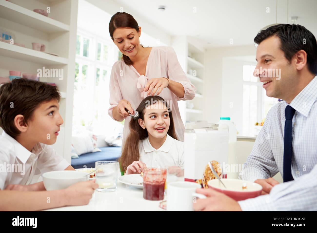 Familie frühstücken bevor Mann zur Arbeit geht Stockbild