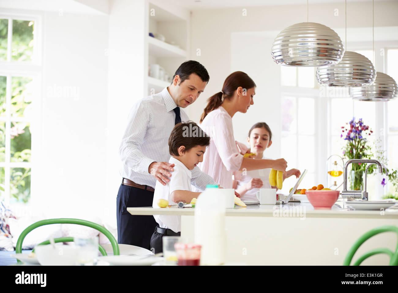 Familie hilft, klare bis nach dem Frühstück Stockbild