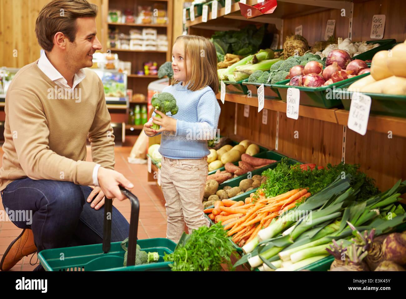 Vater und Tochter, die Auswahl von frischem Gemüse im Hofladen Stockbild