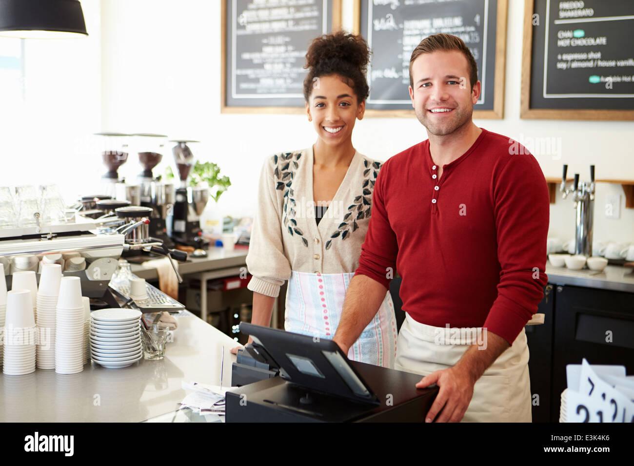 Männliche und weibliche Mitarbeiter im Coffee-Shop Stockbild