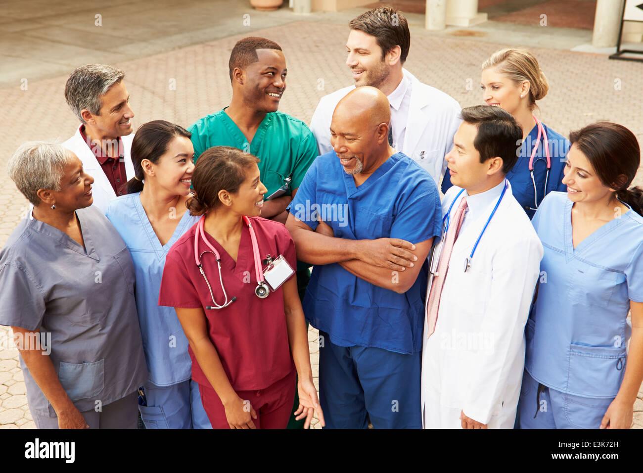 Outdoor-Gruppenbild Ärzteteam Stockbild