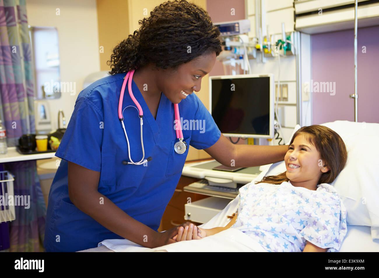 Junge Mädchen sprechen, Weiblich Krankenschwester im Krankenzimmer Stockbild