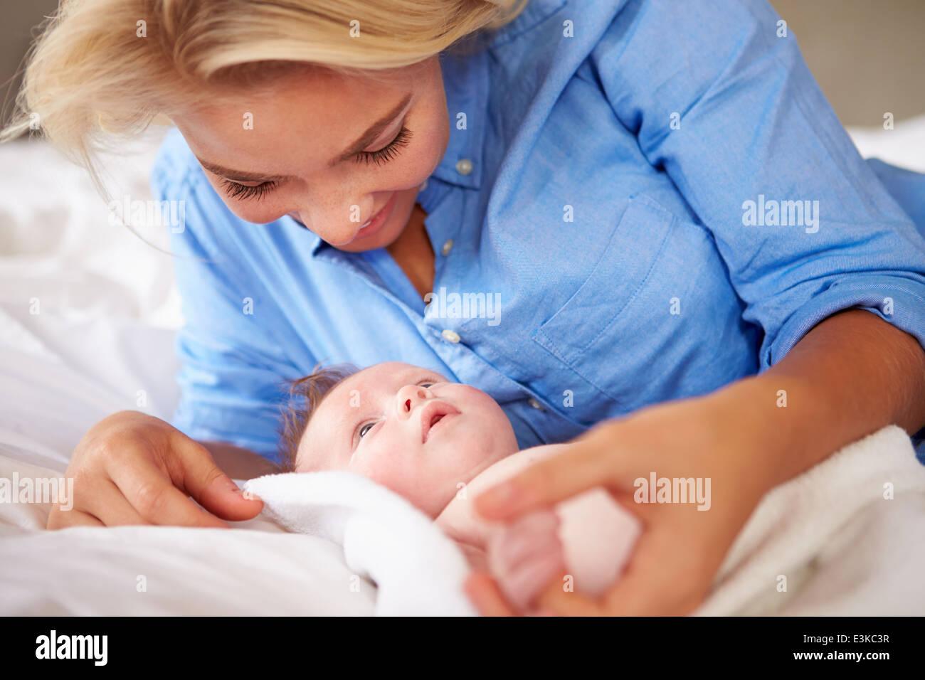 mutter mit babym dchen spielen als sie zusammen im bett liegen stockfoto bild 71112043 alamy. Black Bedroom Furniture Sets. Home Design Ideas