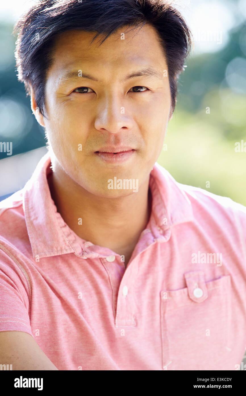 Porträt von asiatischer Mann In Landschaft Stockbild