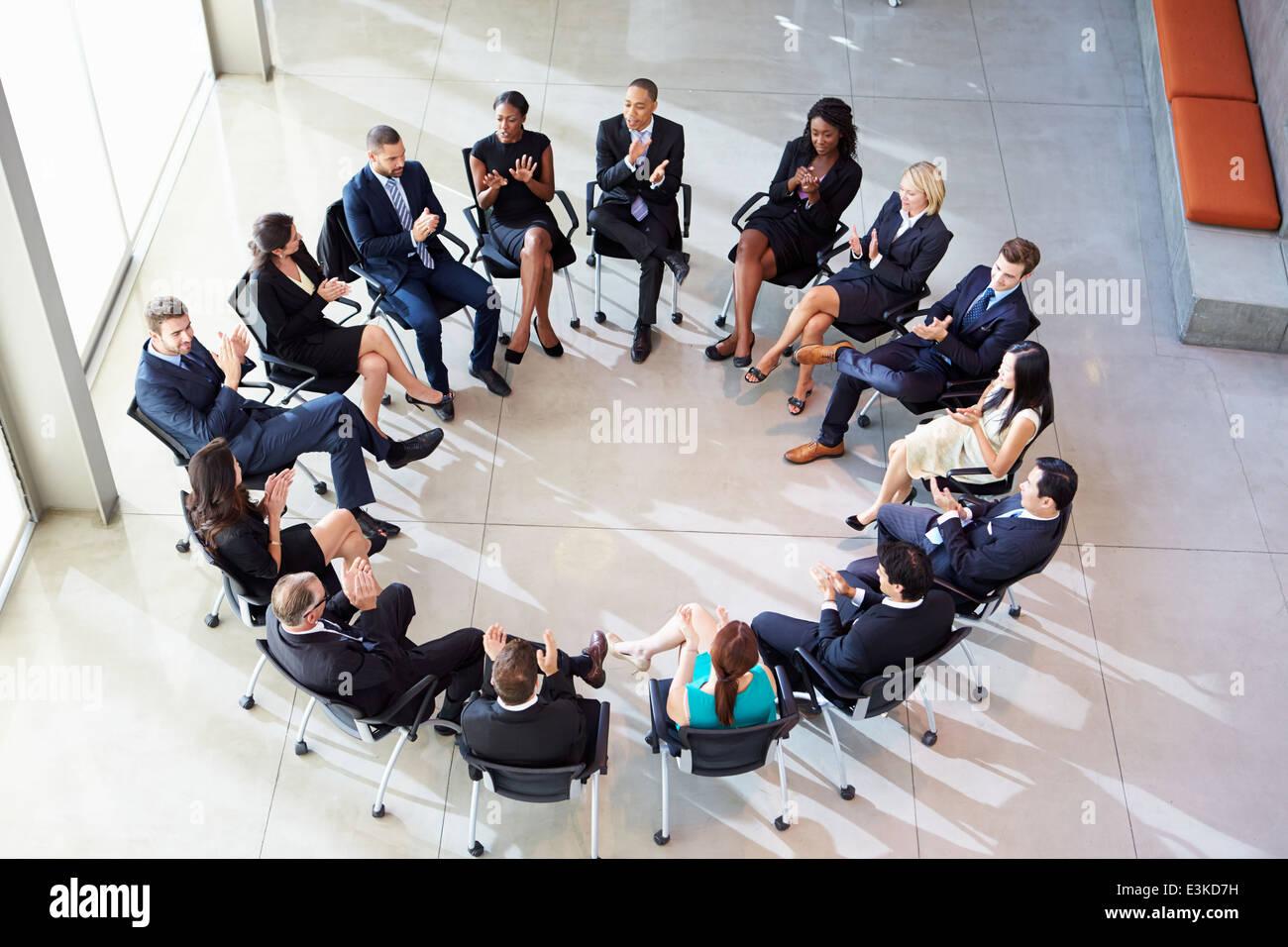 Multi-Kulti-Office-Mitarbeiter applaudieren bei treffen Stockfoto