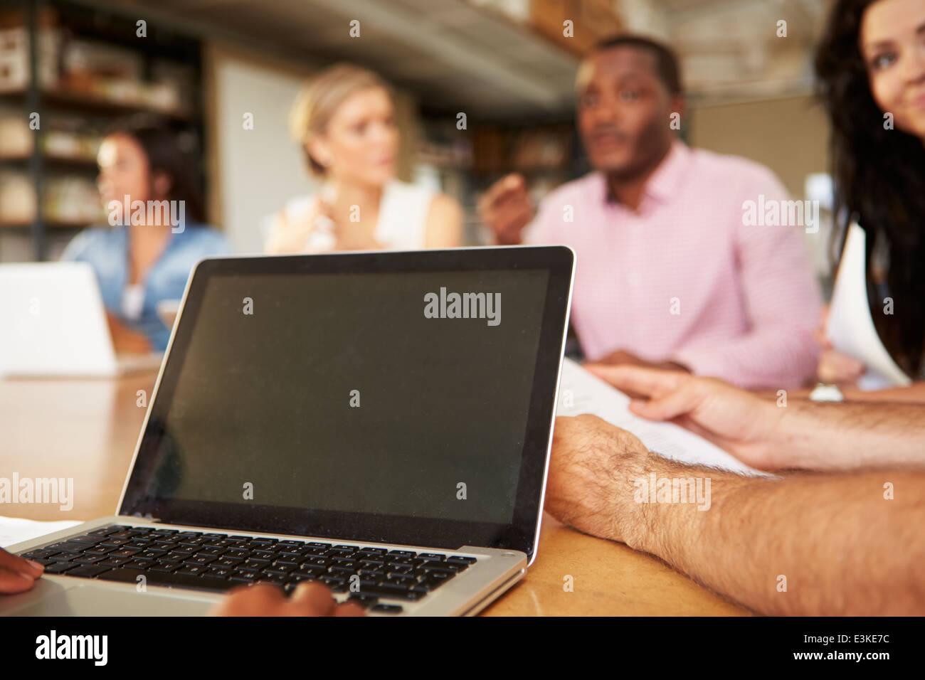 Nahaufnahme von Laptop von Architekten In Sitzung verwendet wird Stockbild
