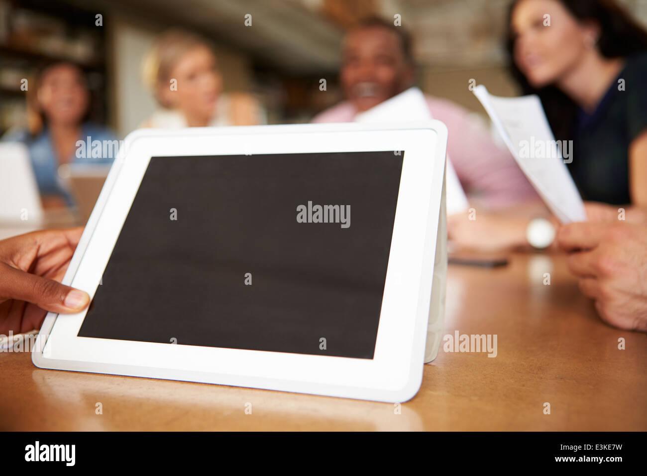 Digital-Tablette von Architekten In Sitzung verwendet wird Stockbild
