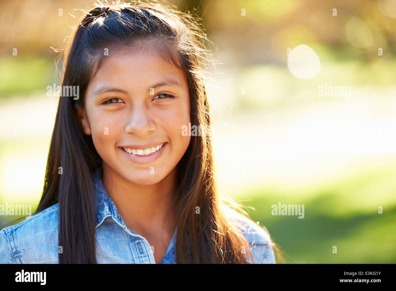 Porträt von hispanischen Mädchen In Landschaft Stockbild