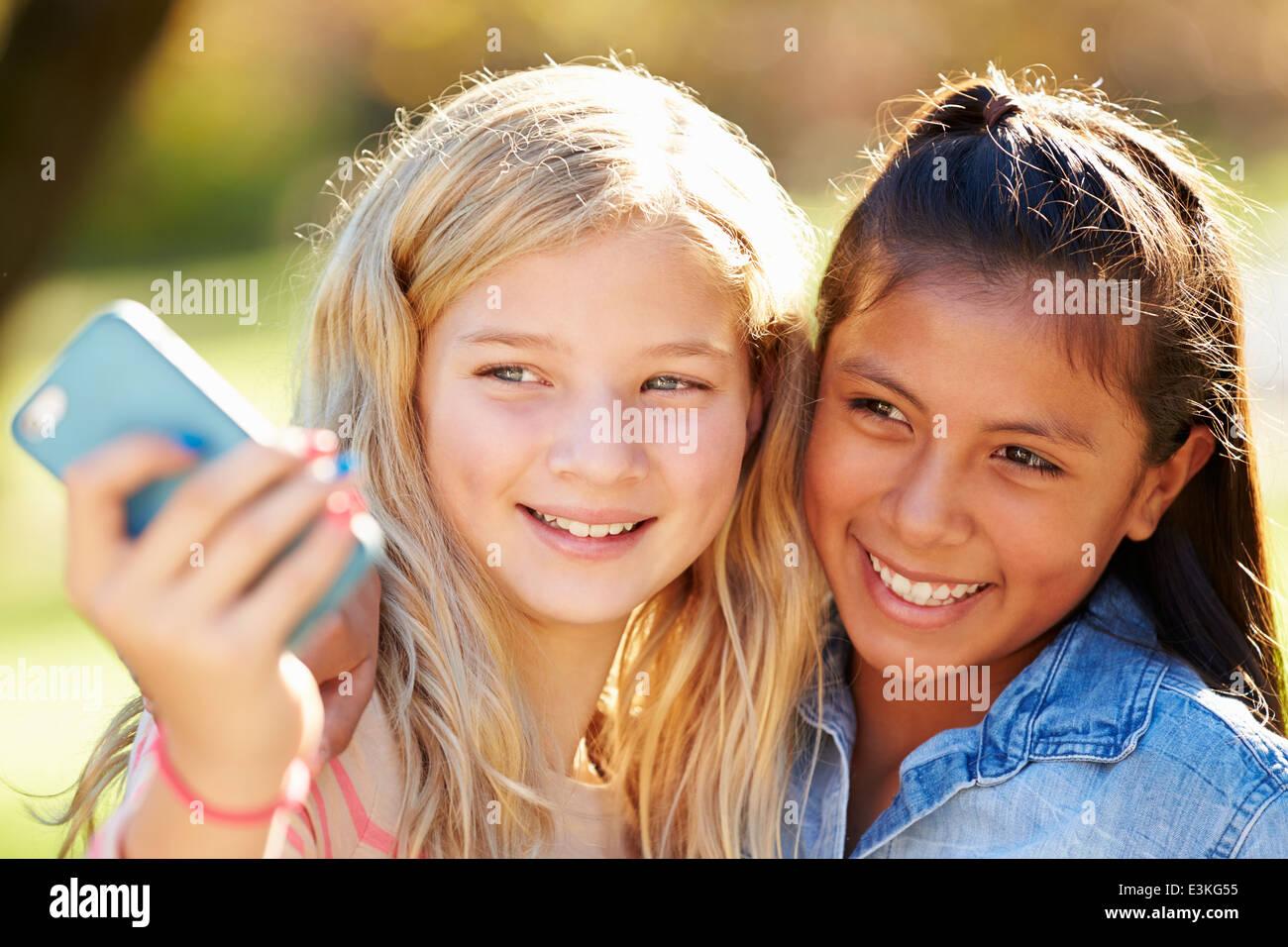 Zwei Mädchen, die die Selfie mit Handy Stockfoto