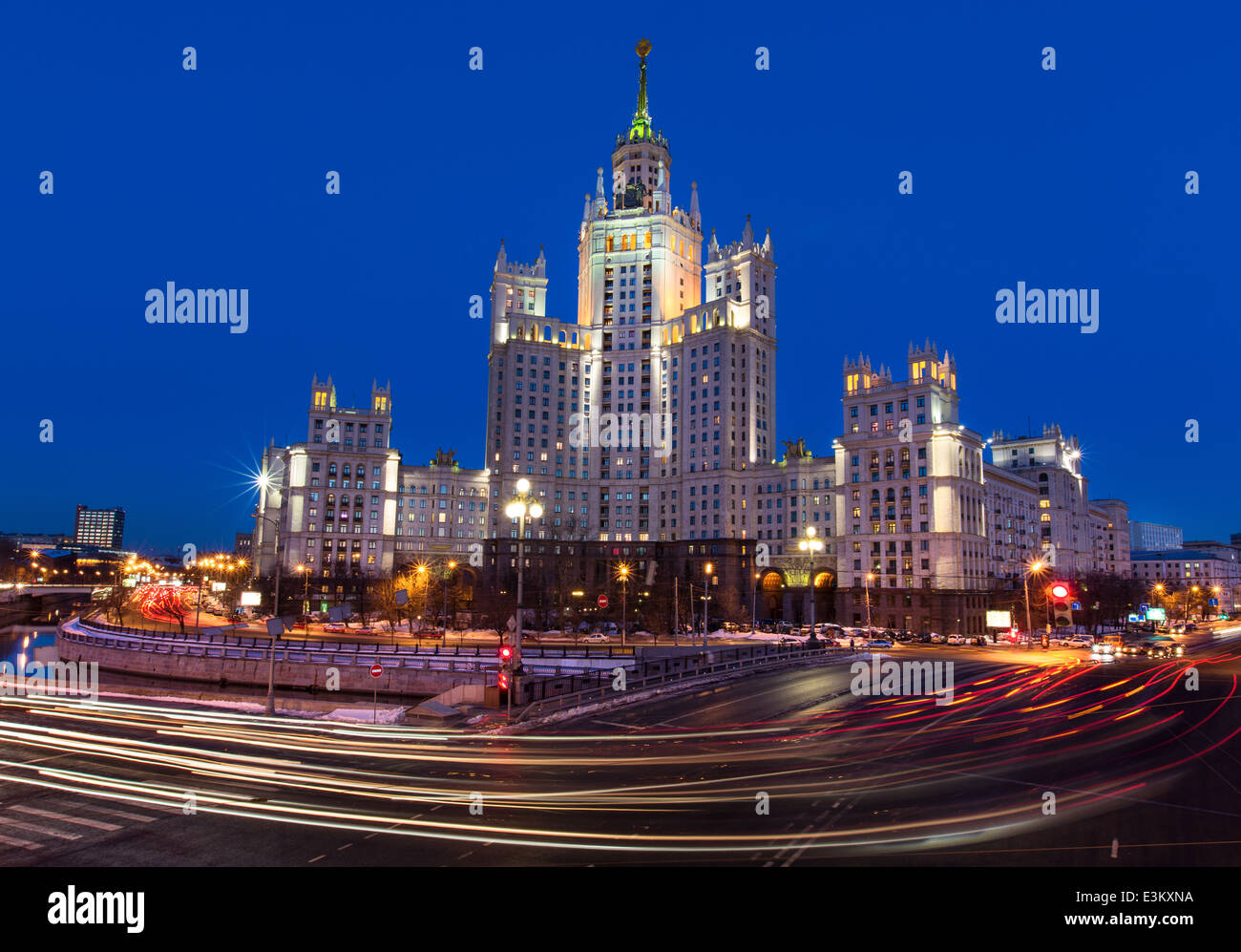 Nachtansicht des Stalin-Hochhaus am Kotelnicheskya Damm im Zentrum von Moskau, Russland Stockbild