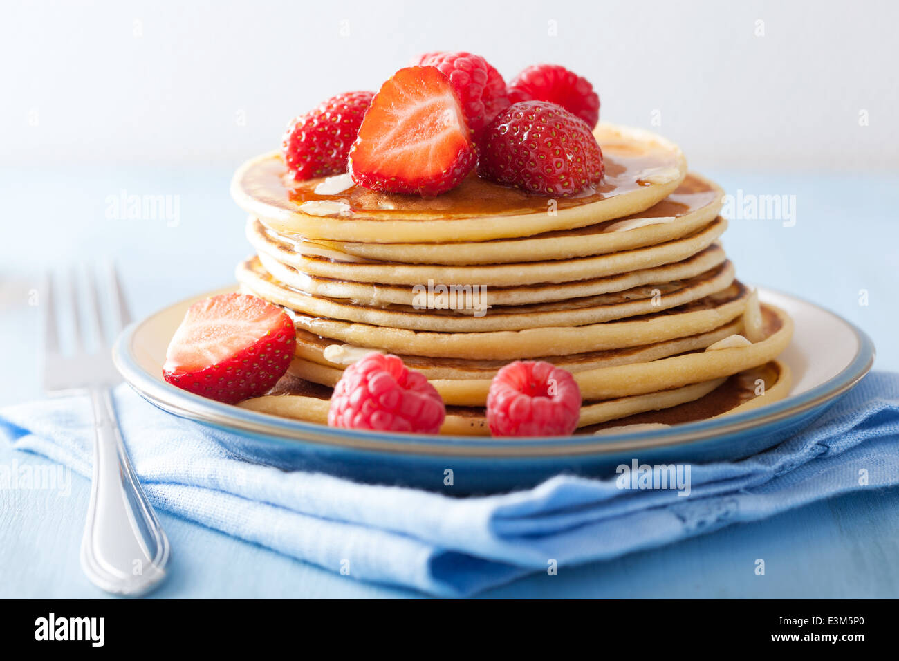 Pfannkuchen mit Beeren und Honig Stockbild