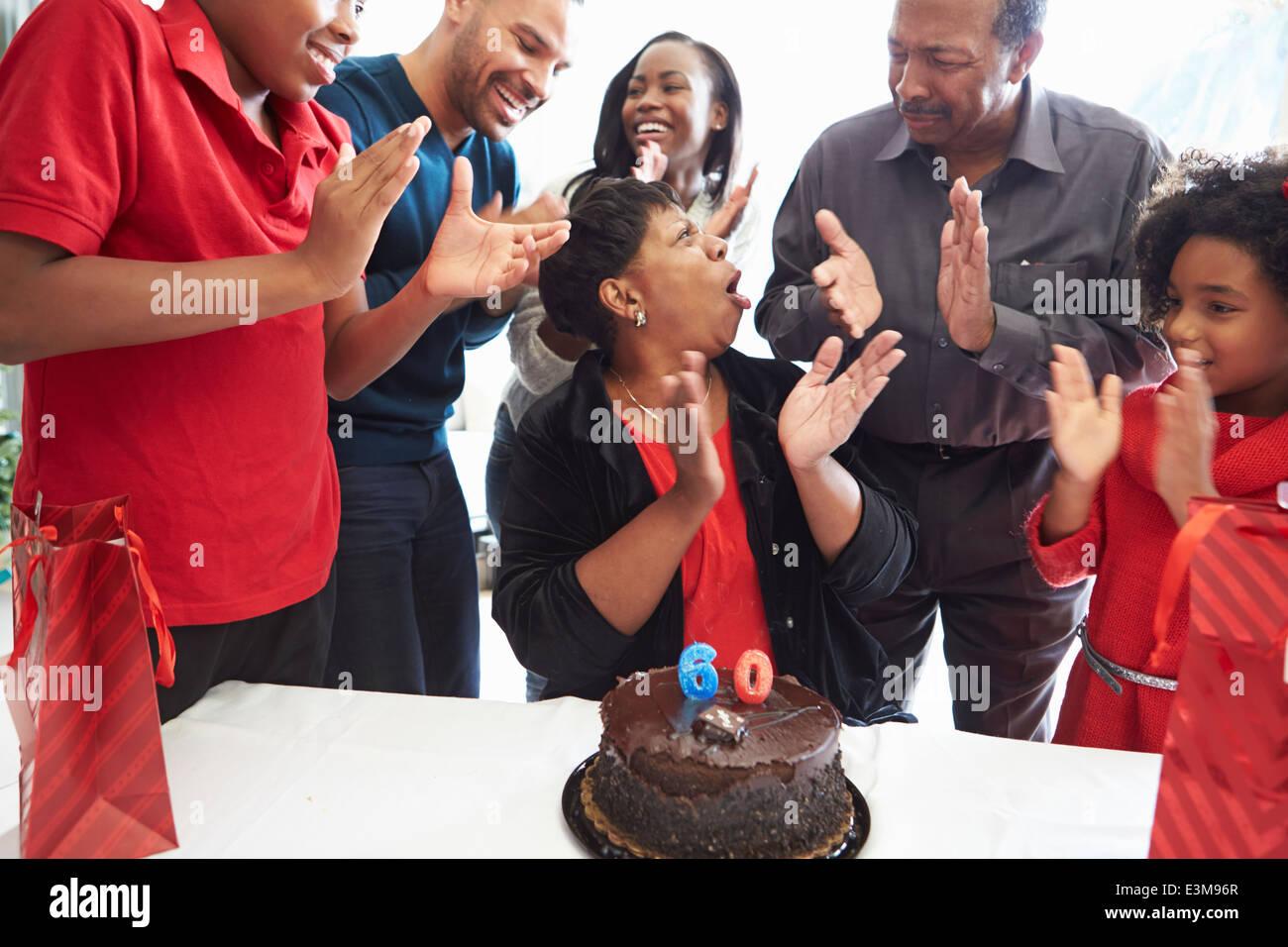 familie feiern 60 geburtstag stockfoto bild 71131727 alamy. Black Bedroom Furniture Sets. Home Design Ideas
