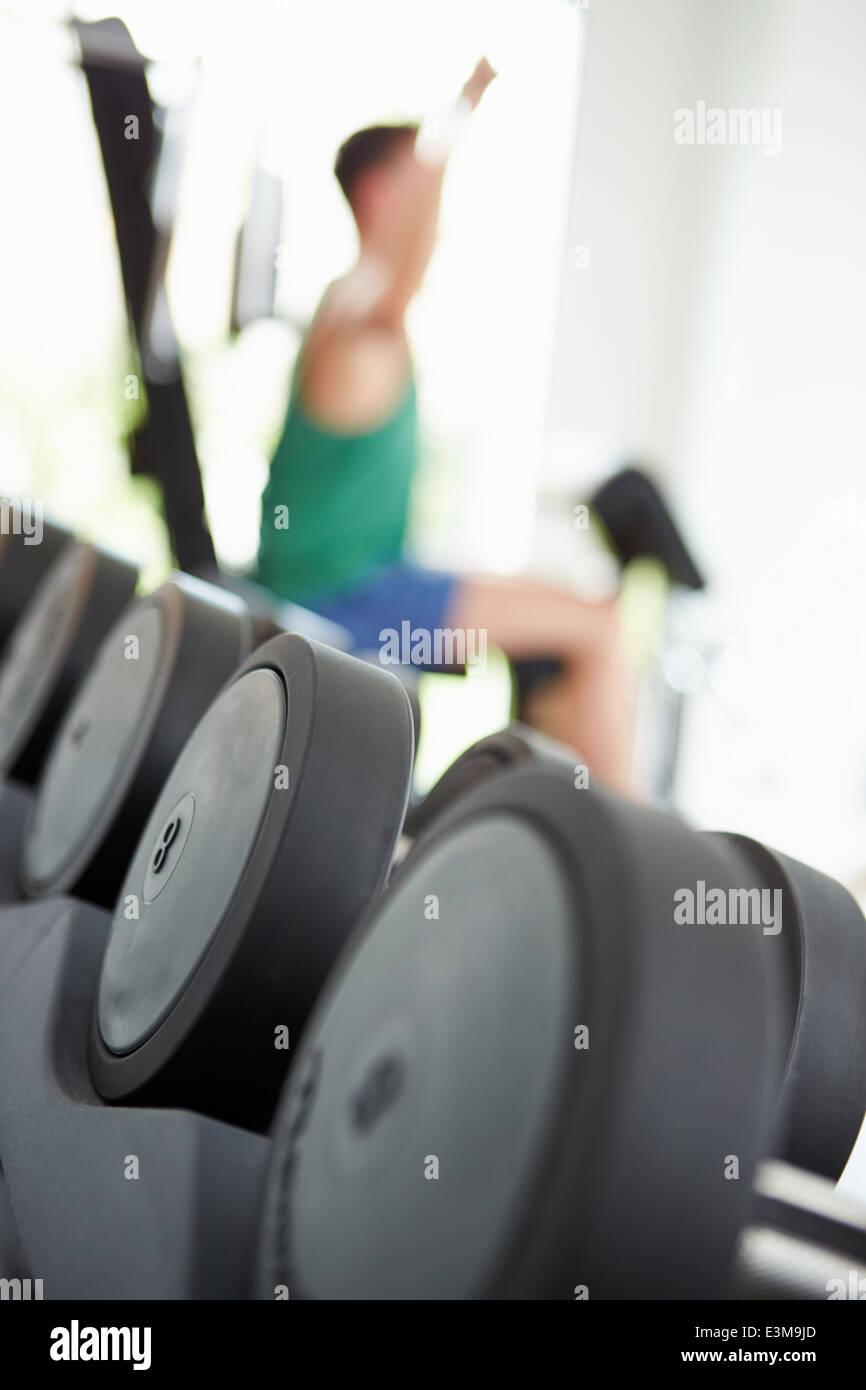 Abstrakte Sicht von Mann Training mit Gewichten im Fitnessstudio Stockbild