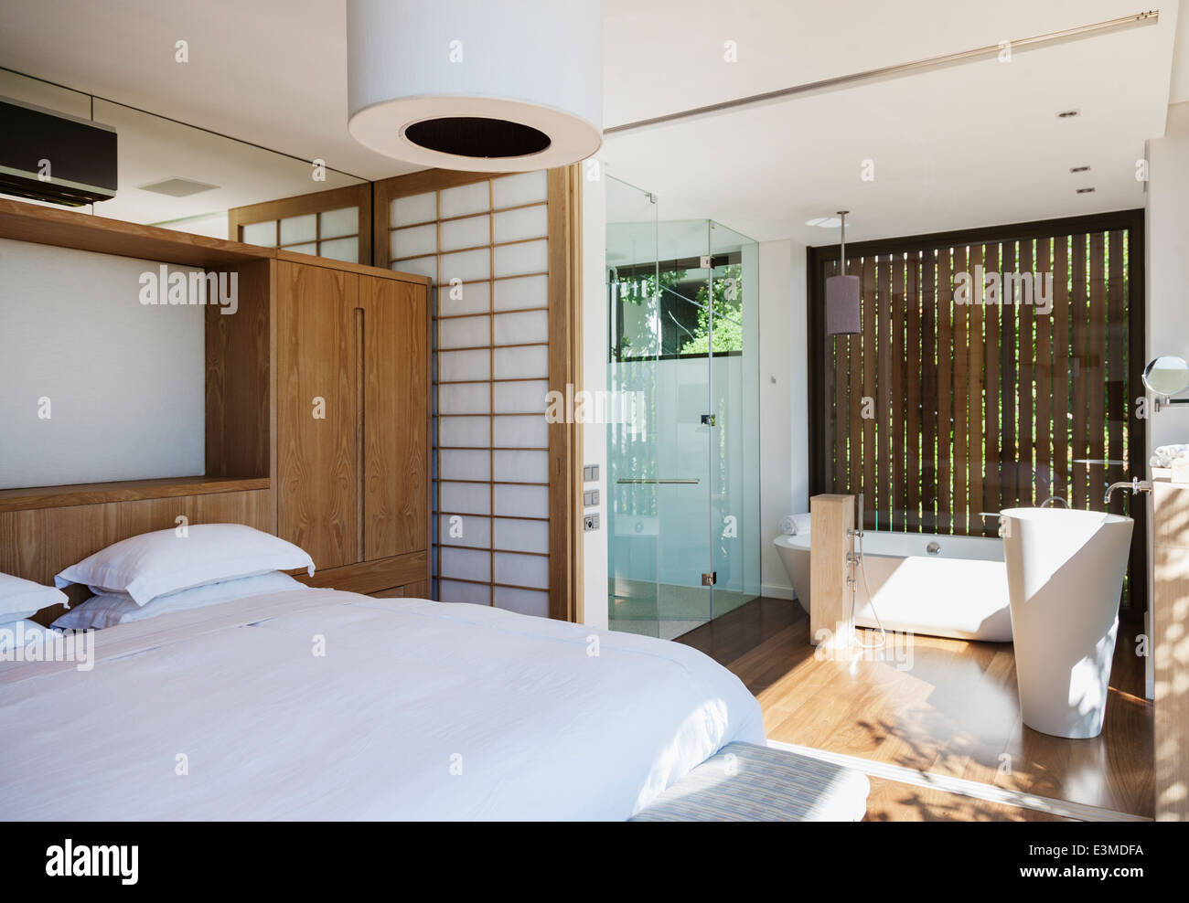 luxus schlafzimmer und bad en suite stockfoto bild 71135102 alamy. Black Bedroom Furniture Sets. Home Design Ideas